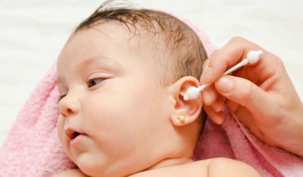 Уход за ушками новорождённого