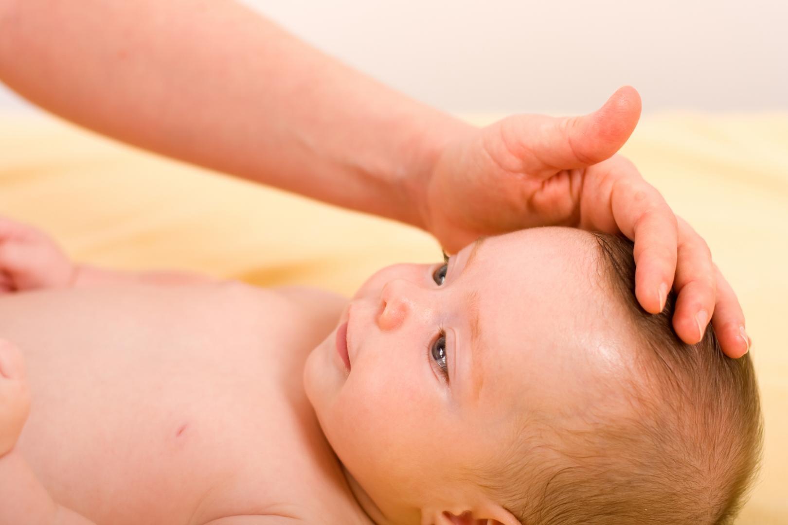 Прощупывание родничка у ребёнка