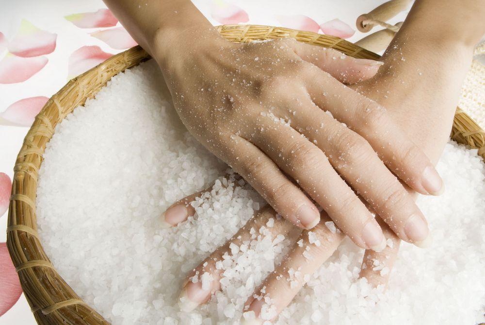 Ванночка с морской солью для укрепления ногтей