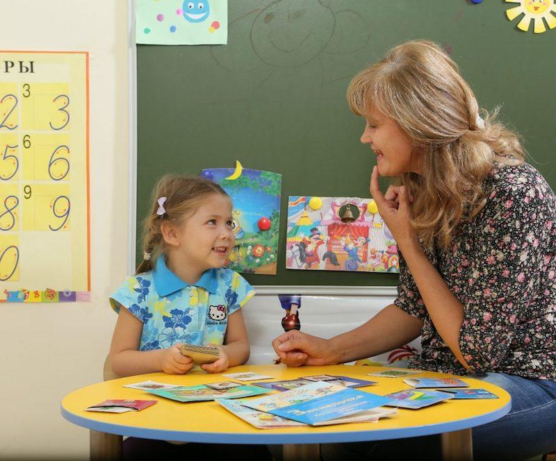 Если ребенок на протяжении долгого времени не выговаривает полностью слова, следует проконсультироваться с логопедом