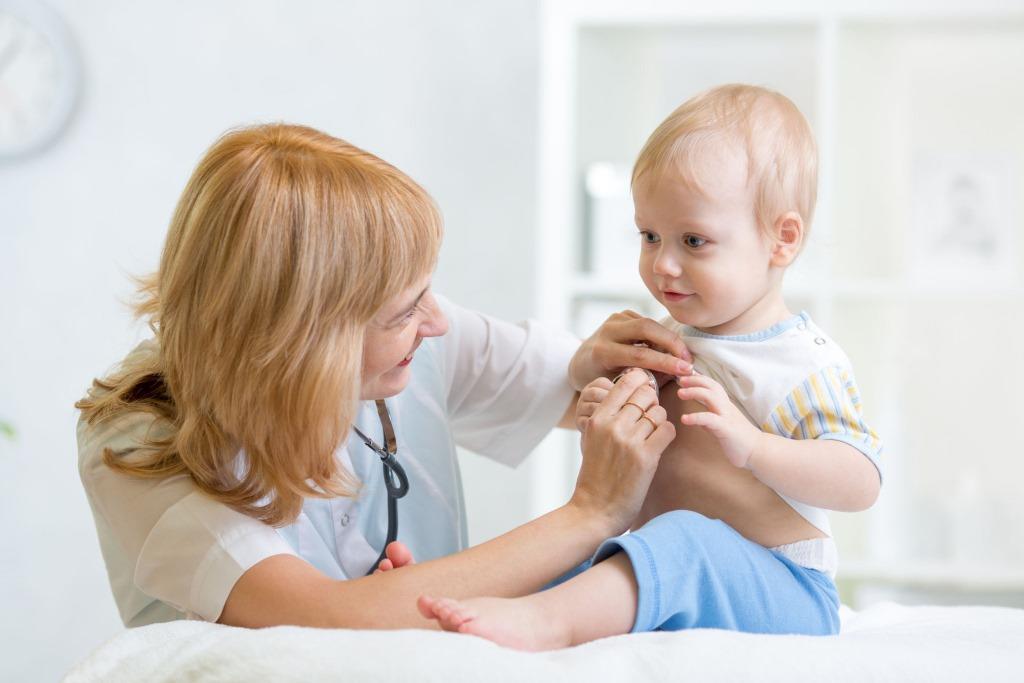 Как правило, коклюш у детей диагностирует врач-педиатр после осмотра ребенка