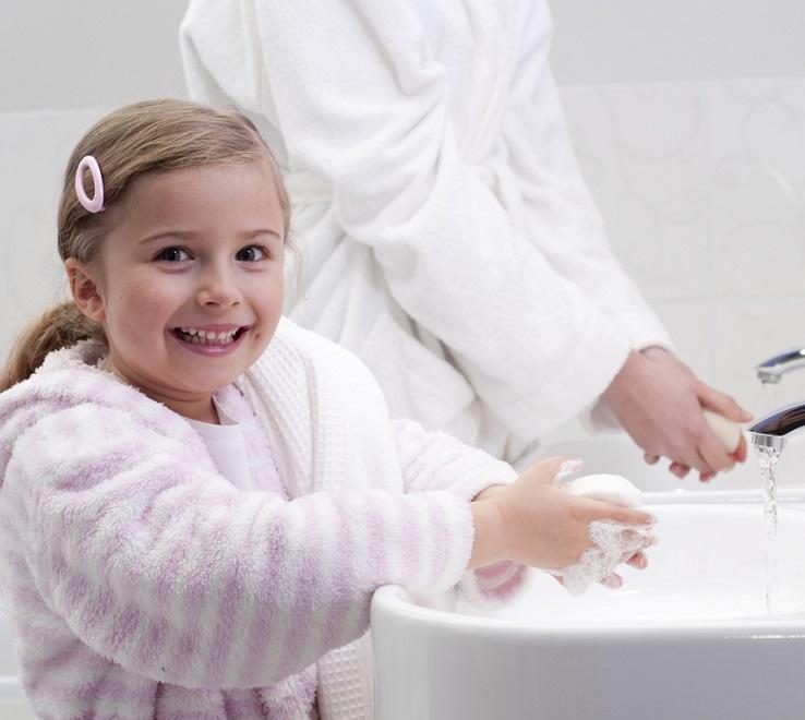 Необходимо регулярно мыть руки
