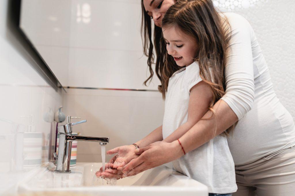 Нужно часто детям мыть руки с мылом, особенно после прогулок