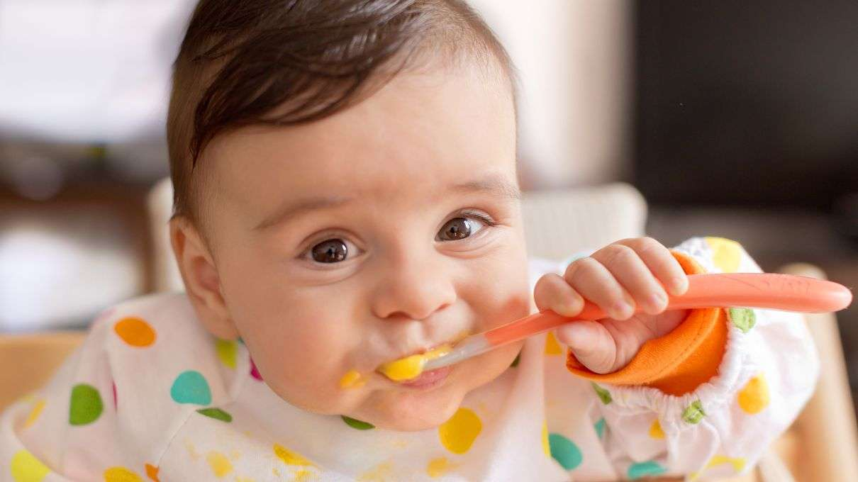 Нужно поощрять самостоятельность малыша при принятии пищи
