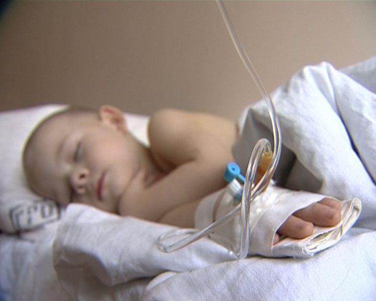 При коклюше совсем маленьких детей госпитализируют и проводят лечение под присмотром врачей