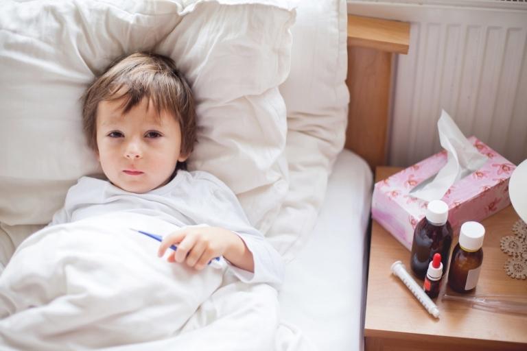 При повышении температуры необходимо дать ребенку жаропонижающее средство