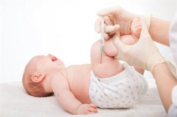 Прививку АКДС делают малышам в область бедра