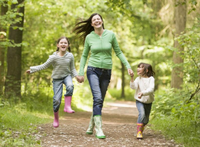 Важно регулярно находиться с детьми на свежем воздухе