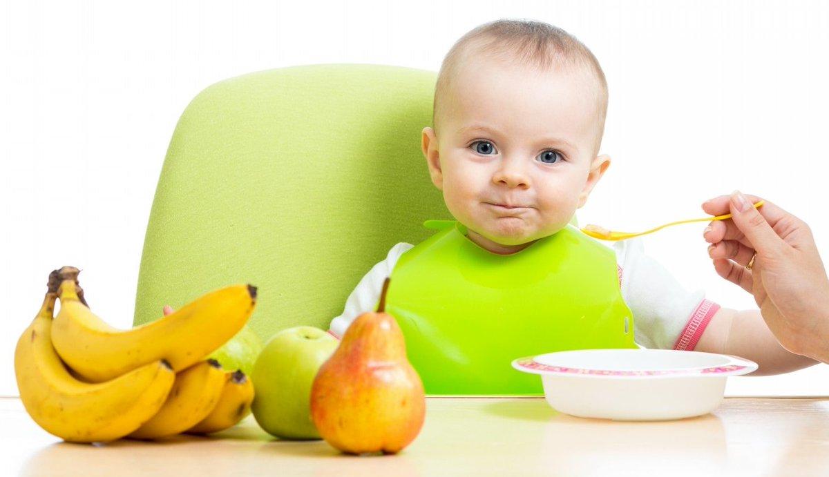 Вводить прикорм следует, когда малыш уже может самостоятельно сидеть и держать голову