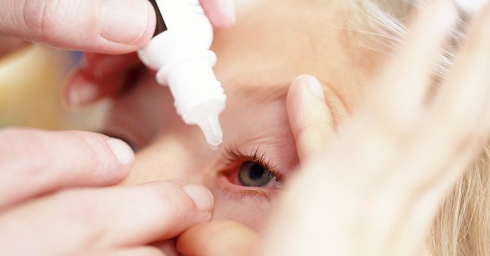 Как закапать капли в глаза малышу