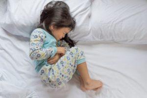 При ротавирусе малыши жалуются на боли в животе