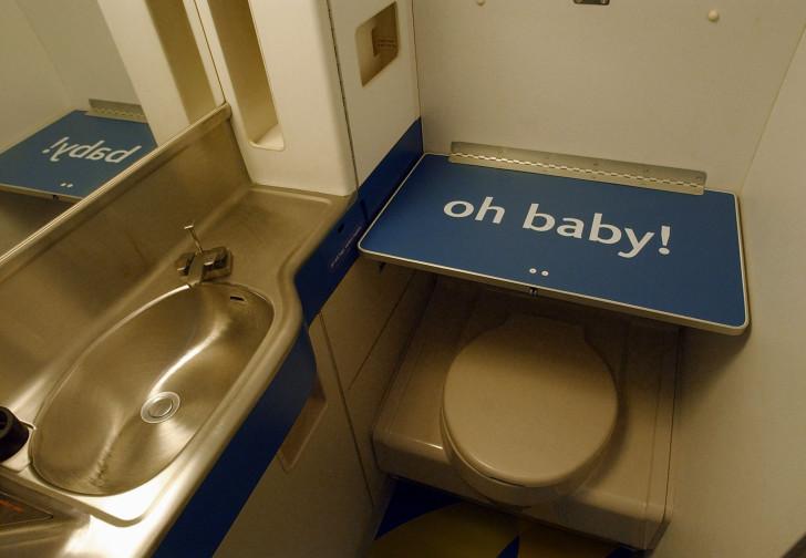 Столик для пеленания в самолете