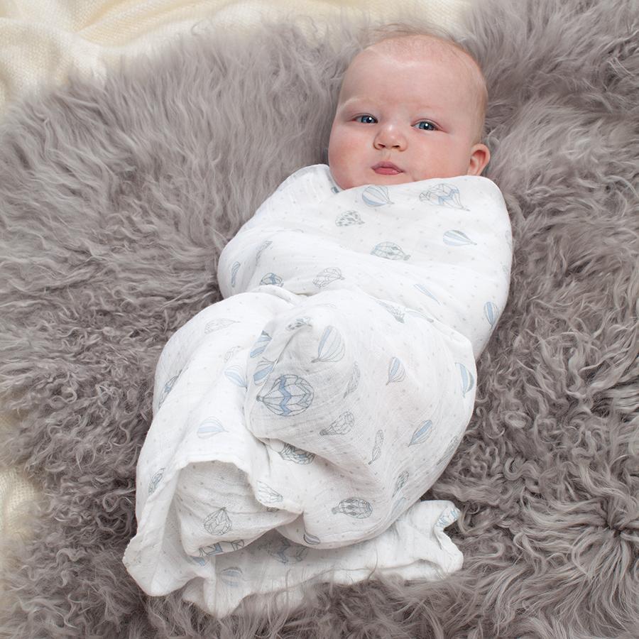 Для пеленания ребенка следует использовать тканевые пеленки