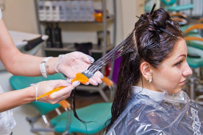 Окрашивание волос в парикмахерской