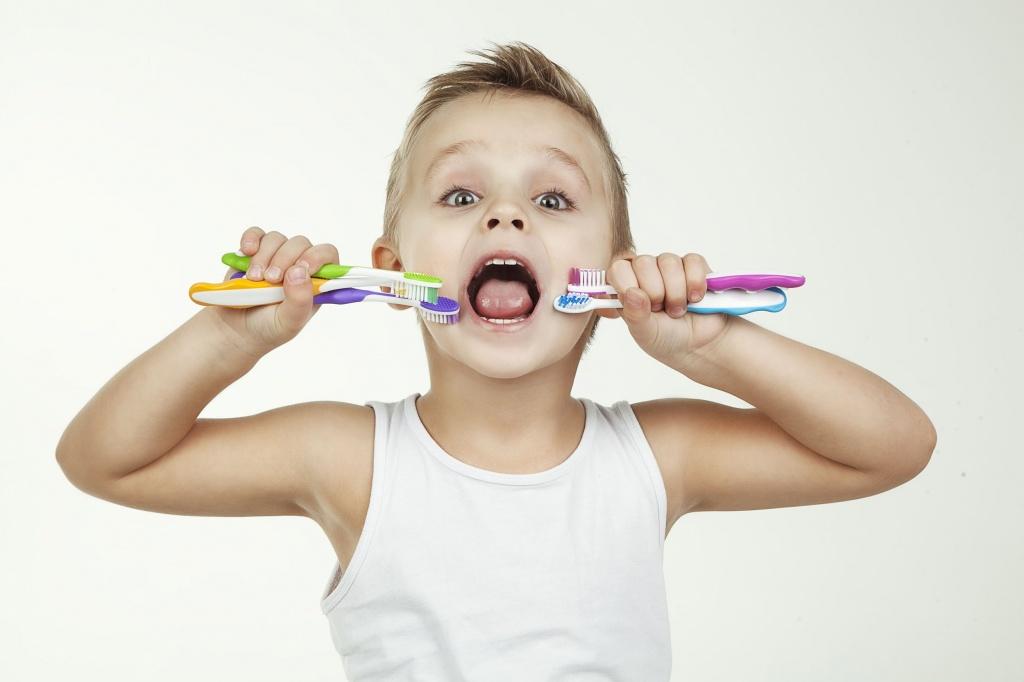 Ребенок и зубные щетки