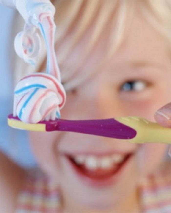 Ребенок и зубная паста
