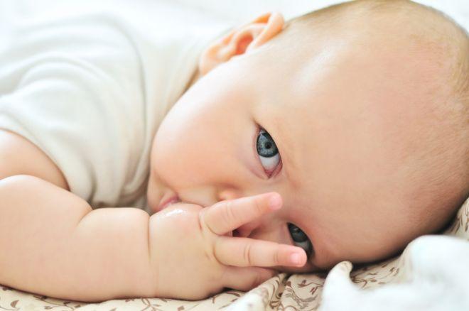 Многие детки в возрасте до года тянут в рот пальчики