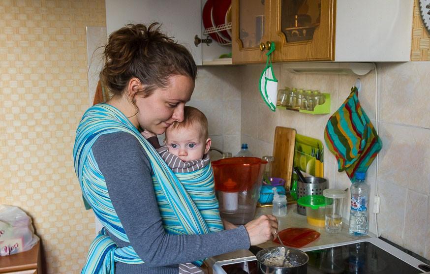 Не следует заниматься приготовлением пищи с ребенком на руках