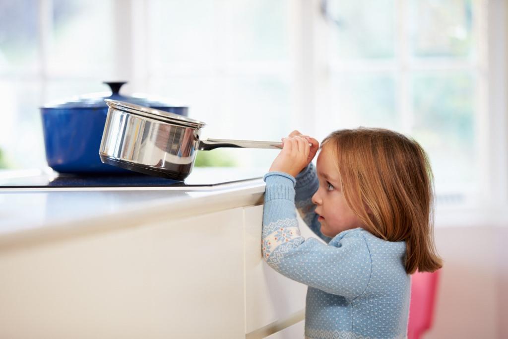 Следует ограничить ребенку доступ на кухню