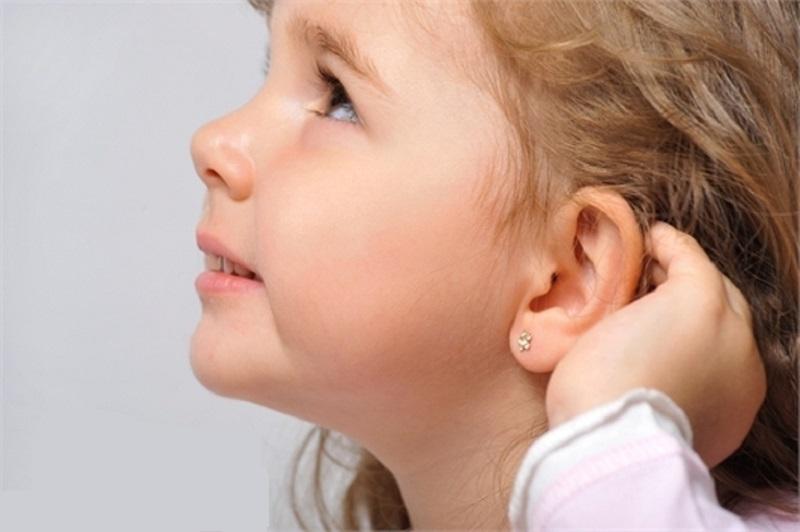 Лучше дождаться, когда девочка сама попросит проколоть ей ушки