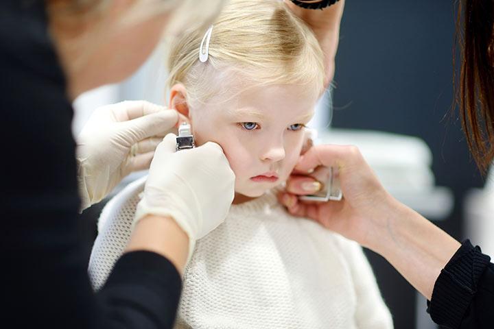 Нельзя заставлять, нужно, чтобы ребенок хотел носить серьги