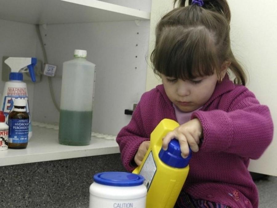При неправильном хранении ребенок случайно может выпить опасную жидкость