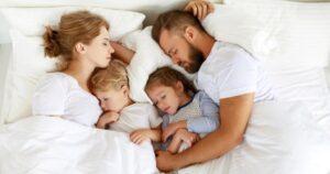 В некоторых семьях принято укладывать детей с собой